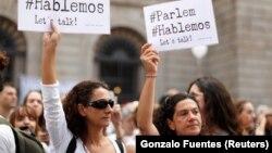 Участники акции в Барселоне с призывами к диалогу между властями Испании и Каталонии
