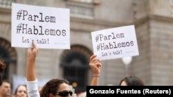 Участники акции в Барселоне с призывами к диалогу между властями Испании и Каталонии.