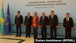 Қазақстан делегациясы мен ЕО-ның сыртқы саясат және қауіпсіздік бойынша жоғарғы комиссары Федерика Могерини. Астана, 21 желтоқсан 2015 жыл.