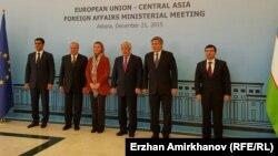 Казахстанская делегация и верховный представитель ЕС по иностранным делам и политике безопасности Федерика Могерини (в центре). Астана, 21 декабря 2015 года.