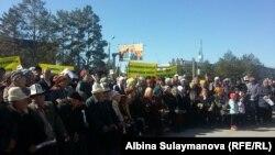 Сторонники кандидата в президенты Кыргызстана Омурбека Бабанова на митинге в городе Талас. 1 октября 2017 года.