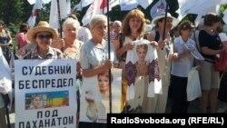 Біля суду в Харкові знову збираються прихильники і опоненти Тимошенко