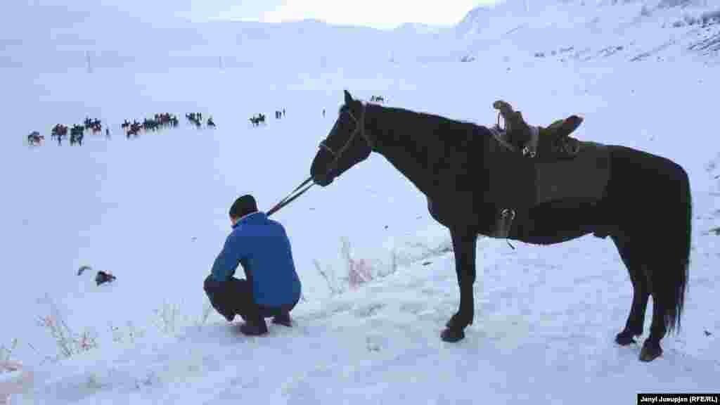 Зритель на козлодрании. Снега было много, но это не остановило остудило пыла игроков.