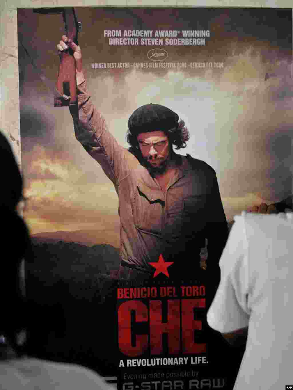 "Cuba - A promotional poster of US director Steven Soderbergh's latest movie ""Che"", starred by Puerto Rican actor Benicio del Toro, during its premiere in the 30th International Film Festival of Havana on 06Dec2008"