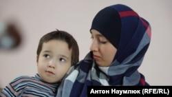 Fatma İsmailova ve onıñ oğlu Fatih