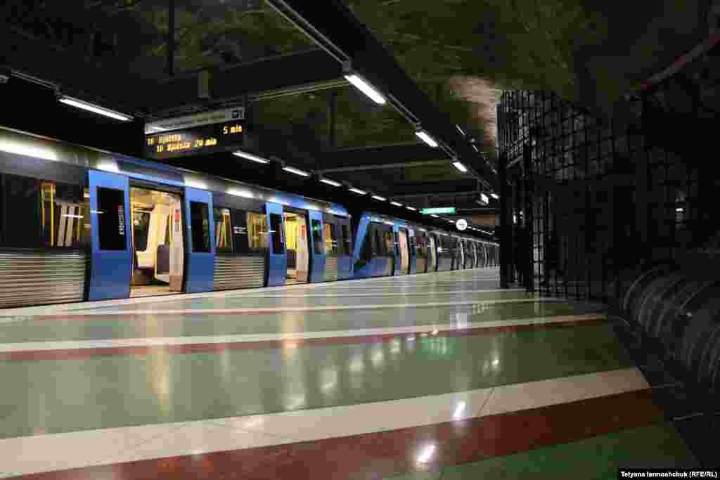 Kungstradgarden станциясының платформасы.