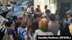 Хадиджа Исмаилованың сотына кіре алмай тұрған адамдар. Баку, 31 тамыз 2015 жыл.