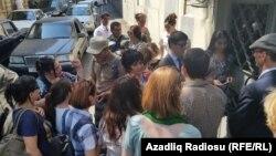 Хадиджа Исмайылдың соты өтіп жатқан ғимарат алдында тұрған журналистің жақтастары. Баку, Әзербайжан, 31 тамыз 2015 жыл.