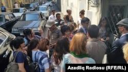 Люди перед входом в Бакинский суд по тяжким преступленим, где проходит процесс над Хадиджей Исмайловой