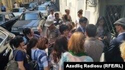 31 августта Бакудагы мәхкәмә янында Хадиджа Исмаиловага теләктәшлек белдерүчеләр