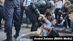 Ռուսաստան - Ոստիկանները բերման են ենթարկում ցուցարարներին, Մոսկվա, 3-ը օգոստոսի, 2019թ․
