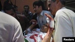 Свабида яраланганлардан бирига яқинлари ёрдам кўрсатмоқда, 30 март 2011 йил