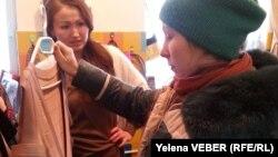 Киім қарап тұрған клиент. Қарағанды, 14 желтоқсан 2014 жыл. (Көрнекі сурет)