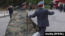 Полиция Дмитрий Чувилин тирмәсен алып китә