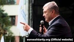 У партії Порошенка додали, що протягом усіх днів до завершення виборчої кампанії, включно з вихідними, експрезидент разом із представниками своєї команди перебувають у щоденному виборчому турі