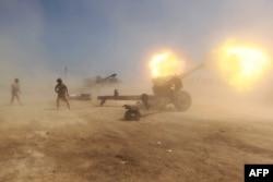 """Иракские правительственные войска ведут огонь по позициям """"Исламского государства"""". Апрель 2015 года"""