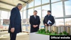 Porezident Shavkat Mirziyoyev Toshkent hokimi Jahongir Ortiqxo'jayev bilan yangi loyihani muhokama qilmoqda.
