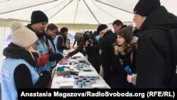 Співробитники Моніторингової місії ООН з прав людини спілкуються із гостями святкових заходів