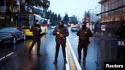 Қарулы шабуыл жасалған Reina клубы маңында тұрған түркиялық полиция қызметкерлері. Стамбул, 1 қаңтар 2017 жыл.