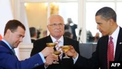 Ресей президенті Дмитрий Медведев (сол жақта), Чехия президенті Вацлав Клаус (ортада) және АҚШ президенті Барак Обама СНВ-3 келісіміне қол қойғаннан кейін. Прага, 8 сәуір 2010 жыл.