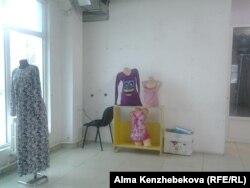 Босап қалған бутиктердің бірі. Алматы, 22 қазан 2015 жыл.