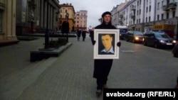 Алесь Пушкін з партрэтам Расьціслава Лапіцкага па дарозе ў Вярхоўны суд