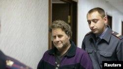 Kapiteni i anijes Greenpeace Peter Wilcox në përcjellje të një pjesëtari të sigurisë duke shkuar në gjykatë