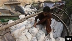 Грузовик с гуманитарной помощью для пострадавших от землетрясения в Пакистане