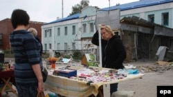 Женщина продает косметику на улице в Донецке. 16 сентября 2014 года.