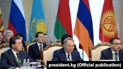 Нурсултан Назарбаев (в центре) на заседании ЕАЭС.