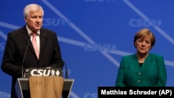 Міністр внутрішніх справ Німеччини Горст Зеегофер (л) поруч із канцлером Німеччина Анґелою Меркель, архівне фото, грудень 2017 року