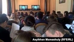 Ұлттық ғылым академиясының 70 жылдығына орай жиынға келген журналистер монитор қойылған бөлек бөлмеде отыр. Алматы, 22 ақпан 2017 жыл