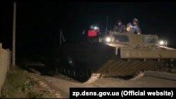 Рятувальники евакуйовують людей з острова Бирючий, Запорізька область, 22 листопада 2019 року