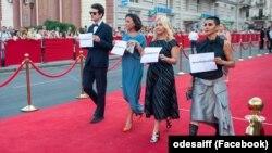 Kinofestivaliniñ qırmızı halısında Sentsovğa qoltutuv aktsiyası, Odesa, 2019 senesi iyülniñ 20-si