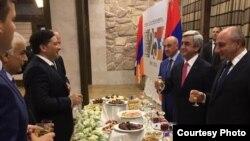 Президент Армении Серж Саргсян (справа) и делегация Абхазии во главе с вице-президентом Виталием Габния (слева), Степанакерт, 2 сентября 2016 г.