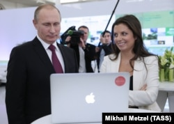 Pemimpin redaksi RT Margarita Simonyan (kanan) bersama Presiden Rusia Vladimir Putin (file foto)