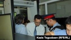 Американский адвокат Джаред Генсер, прибывший в Казахстан защищать Искандера Еримбетова, проходит проверку для того, чтобы затем пройти в зал судебного заседания. Алматы, 14 июня 2018 года.