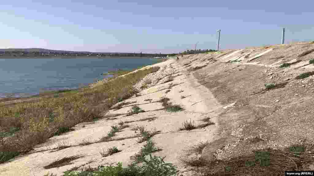 Вода Тайганского водохранилища давно отступила от плотины. Плотина не ремонтируется и деградирует