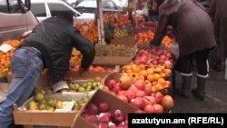 Երևանյան շուկաներից մեկում, արխիվ