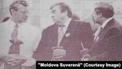 Mircea Snegur, între speakerul Petru Lucinschi și premierul Andrei Sangheli (dreapta)