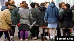 Женщины в колонии строятся в ряд, чтобы идти в столовую. Иллюстративное фото.