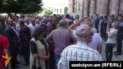 Armenia - Grape farmers protest outside the Prime Minister's Office in Yerevan, 26May2016.