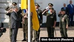 Прэзыдэнт Украіны Пятро Парашэнка ўзьнімае дзяржаўны сьцяг Украіны