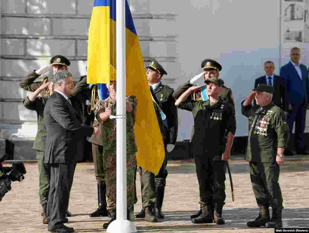 Президент Петро Порошенко на церемонії підняття державного прапора на Софійській площі 23 серпня