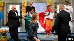 Ахоўнік спыняе чалавека з мэксыканскім сьцягам, які спрабаваў падысьці да ляўрэаткі Нобэлеўскай прэміі міру Малалы Юсуфзай на цырымоніі ў Осла 10 сьнежня 2014 году.