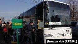Шымкент-Ташкент бағытында жолаушы таситын автобусқа отырып жатқан адамдар. Шымкент, 5 қаңтар 2018 жыл. (Көрнекі сурет.)