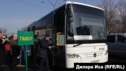 Пассажиры садятся на автобус в день открытия международного автобусного маршрута Ташкент – Шымкент.