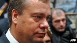 И только подчиненные министра капитального, дорожного строительства и архитектуры Чермена Хугаева выразили недовольство решением Вадима Бровцева