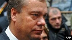 Нет сомнений, что демарш Бровцева явился реакцией на действия главы парламентского Комитета по законодательству Амирана Дьяконова, который вчера сделал довольно странное заявление о том, что представление на увольнение генпрокурора может быть рассмотрено