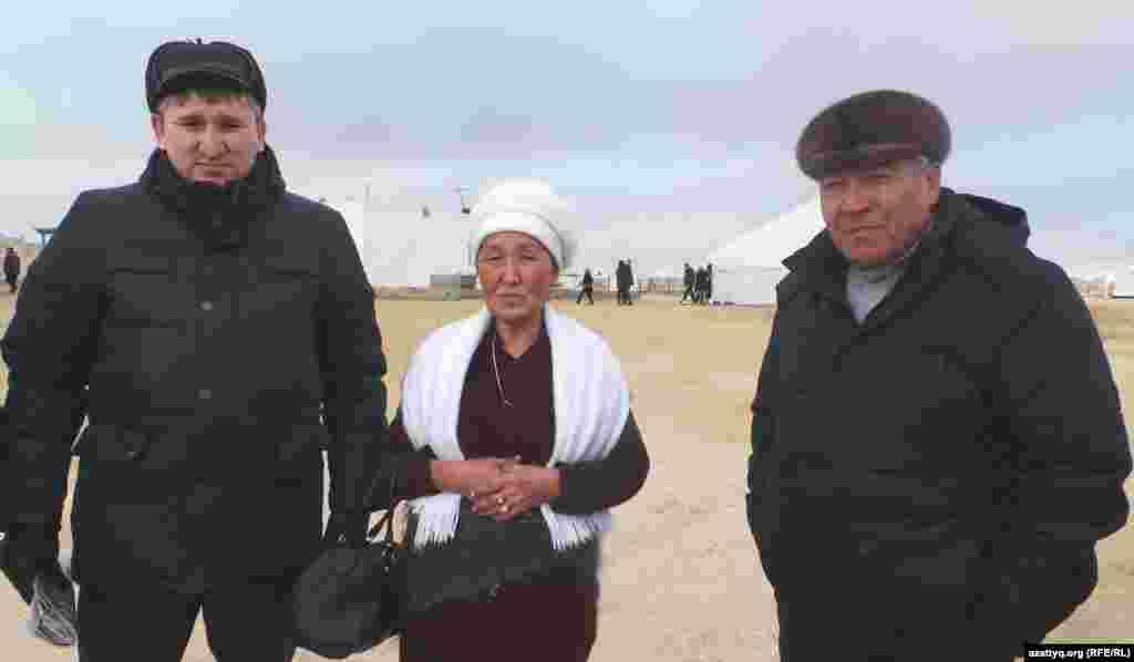 На поминках в память о жертвах Жанаозена. Слева направо: бард из города Уральск Жанат Есентаев, жительница Жанаозена Онайгуль Досмагамбетова (один ее сын получил ранение во время Жанаозенских событий, второй был отправлен в тюрьму за участие в волнениях) и местный житель Нурлыбек Нургалиев, получивший ранение на площади в Жанаозене. Аул Тенге Мангистауской области, 14 декабря 2013 года.